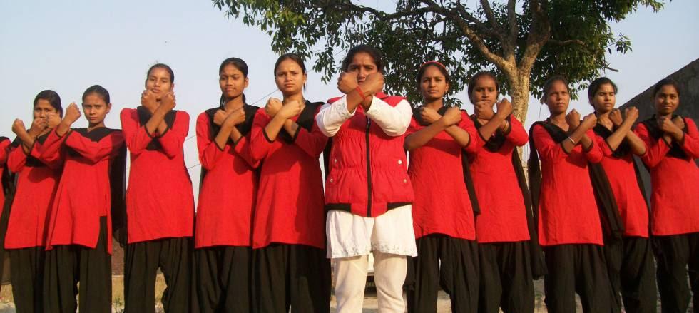 Chicas de la Brigada Roja contra abusos sexuales en India.
