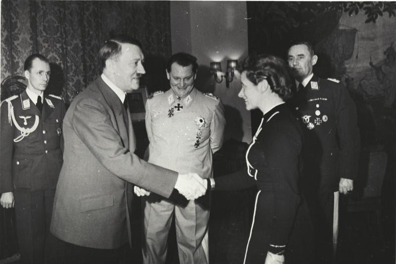File:Bundesarchiv B 145 Bild-F051625-0295, Verleihung des EK an Hanna Reitsch durch Hitler.jpg