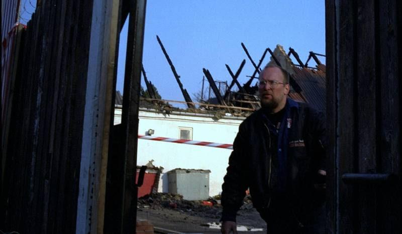 HA-rockeren Vagn 'Krudt' Schmidt, ses her dagen efter angrebet i ruinerne af Fort Snoldelev. Han begik selv drab senere under rockerkrigen. (Foto: Per Rasmussen)
