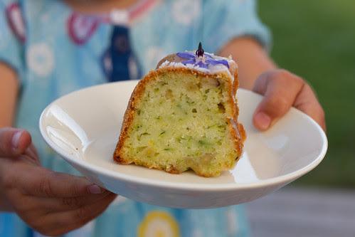 Suvikõrvitsakeeks sidrunivõõbaga / Courgette cake with lemon glaze