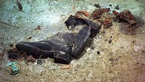 botas hundidas en el lodo del titanic