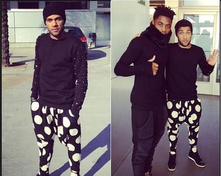 Daniel Alves e sua calça saruel de bolinha branca. Ele posou ao lado de Song, seu companheiro no Barcelona
