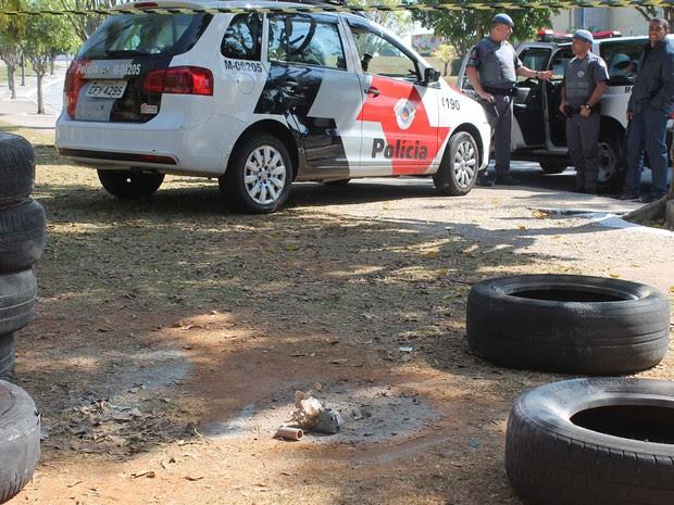 A Polícia Militar de São Paulo foi acionada após um pacote suspeito de conter explosivos ser encontrado em frente ao Ginásio Poliesportivo de São Bernardo do Campo, na Avenida Presidente Kennedy, no Parque Anchieta, na manhã deste sábado (23) (Foto: Marcelo Gonçalves/SigmaPress/Estadão Conteúdo)