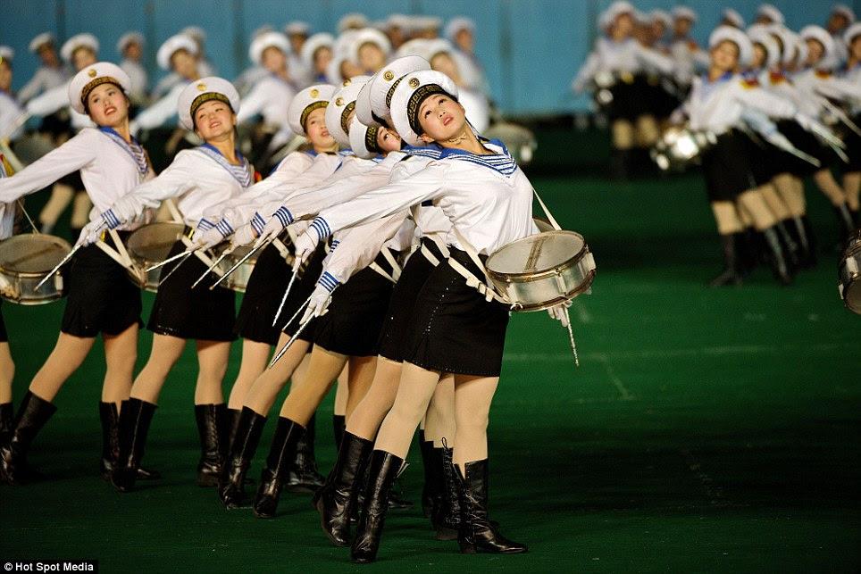 Orgulho militar: jovens mulheres norte-coreanas vestidos com uniformes da Marinha prestar homenagem às forças armadas do país