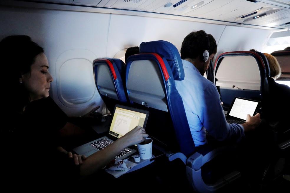 Passageiros usam computadores durante voo nos EUA (Foto: REUTERS/Lucas Jackson/File Photo)