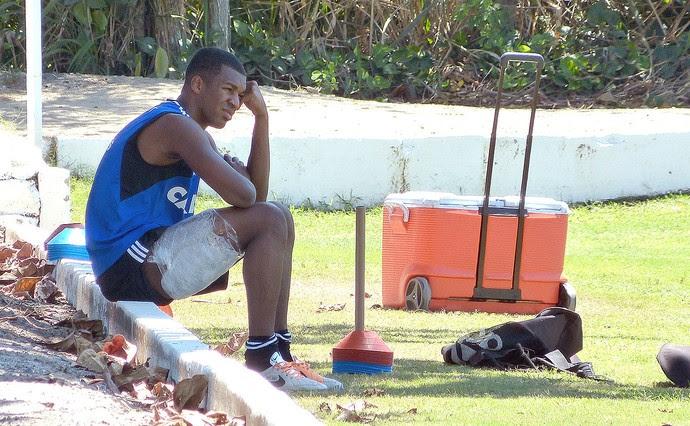 Erazo machucado no treino do Flamengo (Foto: Vicente Seda)
