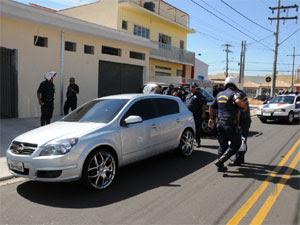 Os três homens furtaram no final da manhã desta quarta-feira (7) uma residência no bairro Esplanada II, em Indaiatuba.  (Foto: Eliandro Figueira/ ACS/PMI )