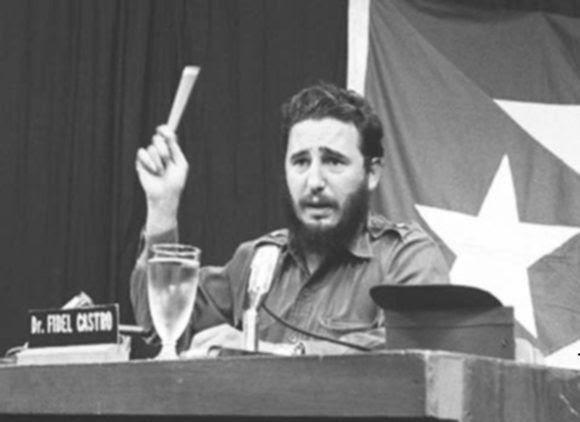 Fidel Castro comparece por CMBF-Televisión Revolución en respuesta al discurso del Presidente de Estados Unidos John F. Kennedy, relacionado con la situación de los misiles soviéticos existentes en territorio cubano, 23 de octubre de 1962. Foto: Archivo de Cubadebate/ Fidel Soldado de las Ideas.