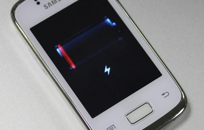 Bateria não precisa estar em 0% para celular ser recarregado (Foto: Allan Melo / TechTudo)