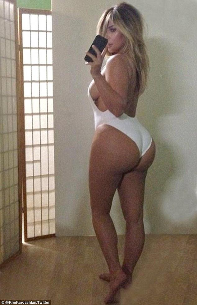 Branco quente!  Apenas alguns meses depois de dar à luz a filha do Norte em 2013, Kim compartilhada este espelho selfie super sexy