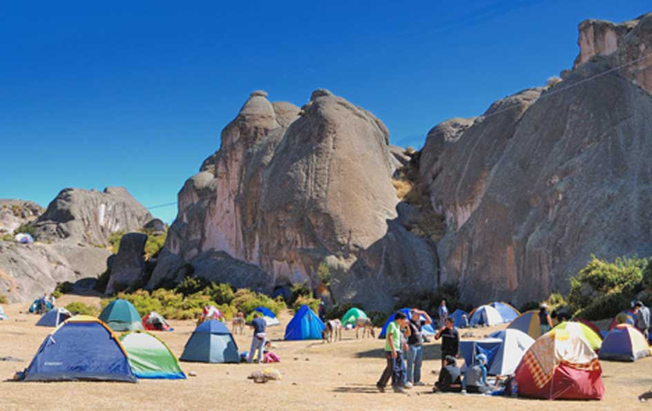 Vista de las formaciones rocosas desde una zona de acampada. (CC BY 3.0)