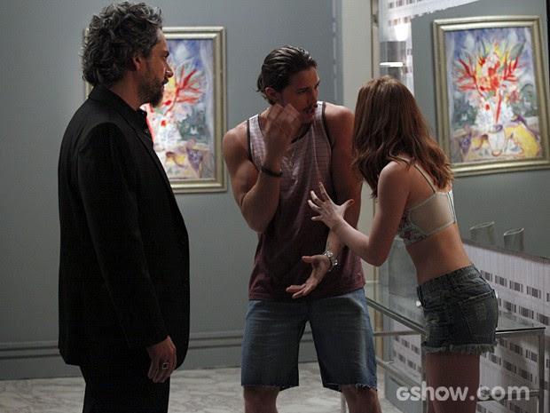 A lolita tenta convencer o irmão a ir embora (Foto: Raphael Dias/TV Globo)