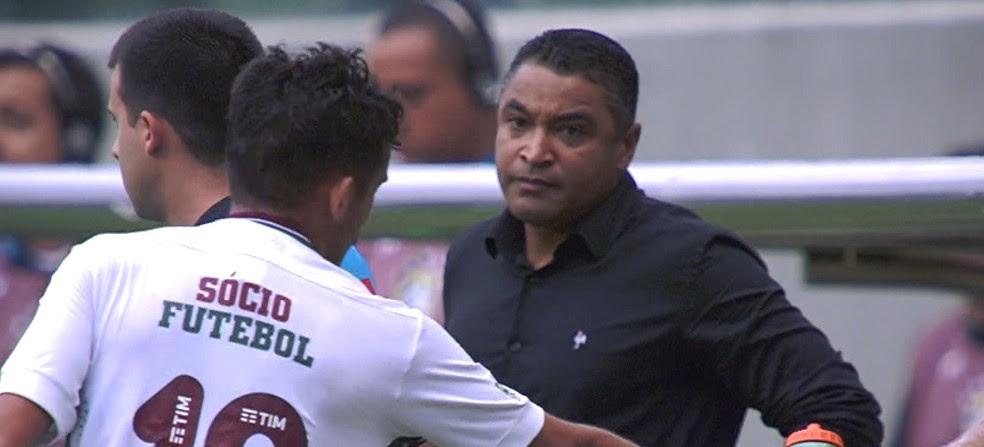 Roger faz cara de poucos amigos durante o jogo Atlético-MG x Fluminense (Foto: Reprodução/Premiere)