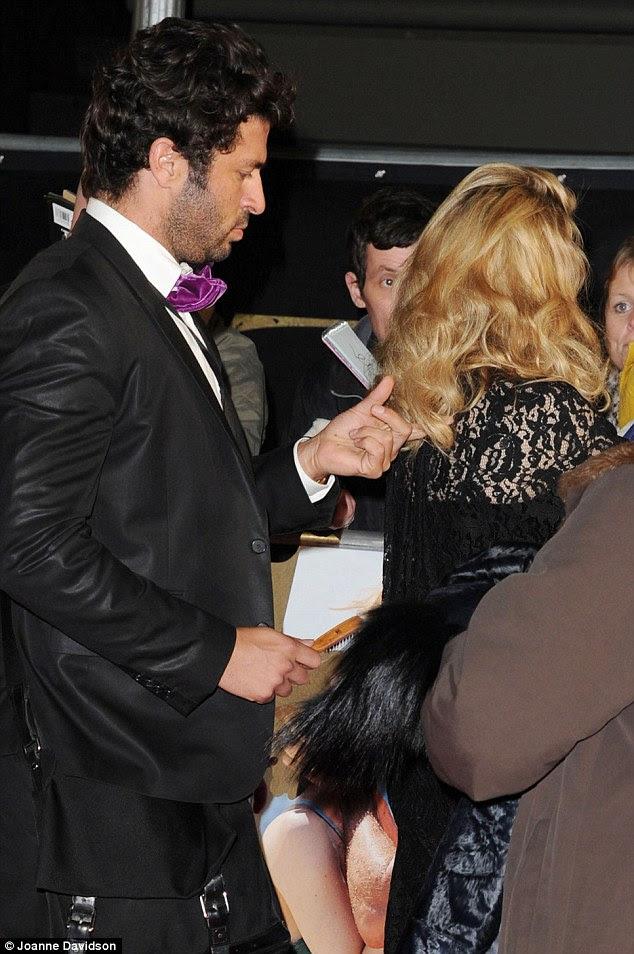 Ainda preening: Gerente de Guy Oseary continuou a escova de cabelo de Madonna quando ela deu autógrafos