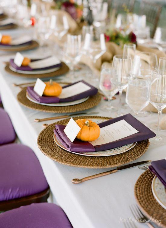 eine Herbst Tischdekoration mit lila Servietten, Speisekarten und Stühle, Kürbisse für card-Inhaber