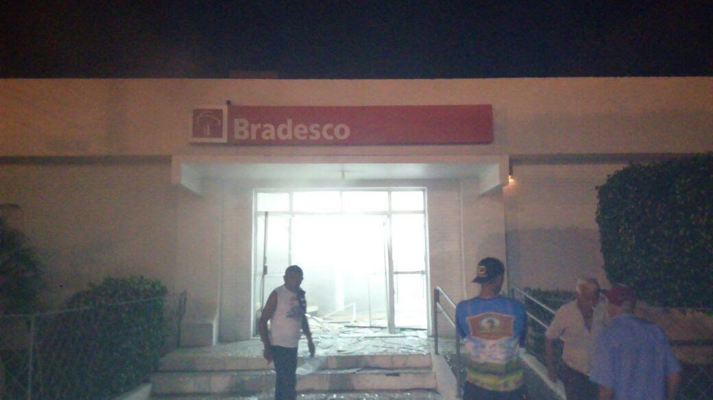 Explosões destruíram completamente as agências bancárias