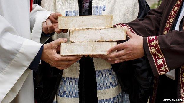 Las manos de Rabí Tovia Ben-Chorin, el padre Gregor Hohberg y el Imam Kadir Sanci se ven, ya que ocupan los ladrillos simbólicos