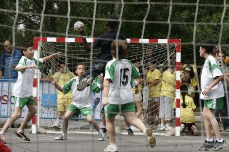 Unos niños juegan al balonmano en Madrid. | Diego Sinova