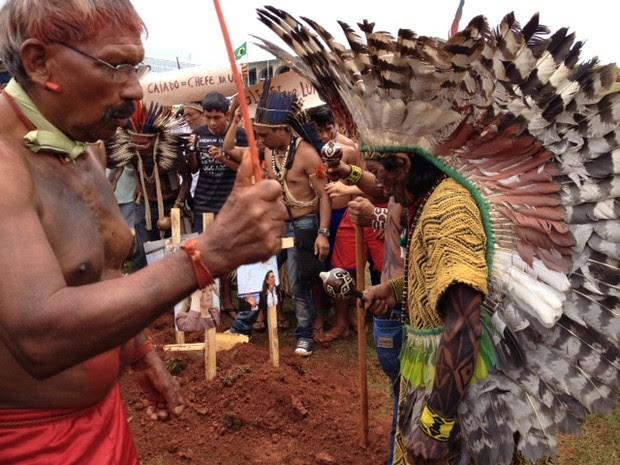 Pajés fazem ritual em torno da cova simbólica (Foto: Fabiano Costa/G1)
