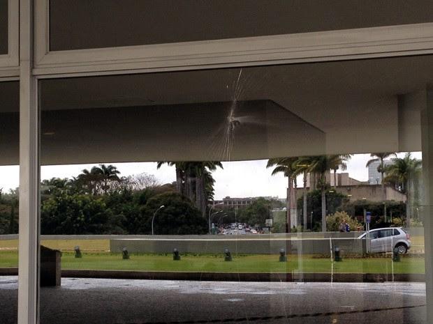 Homem foi preso após jogar pedra contra vidraça do Palácio do Planalto (Foto: Felipe Néri / G1)