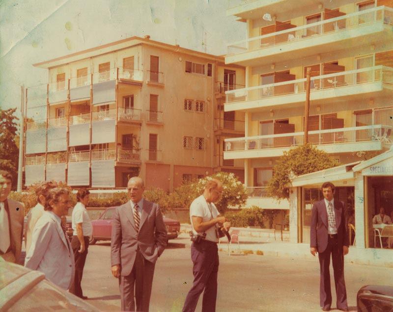 1974: Ο Κωνσταντίνος Καραμανλής πηγαίνει στην ψαροταβέρνα με τον Παν. Παπαληγούρα και τον Πέτρο Μολυβιάτη, γενικό διευθυντή του πολιτικού του γραφείου.