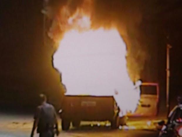 Carro pegou fogo no início da manhã deste domingo (Foto: Reprodução)