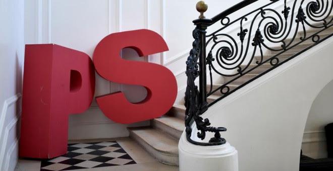 El logo del Partido Socialista francés (PS), en una escalera de su sede en París, conocida como 'Solferino'. AFP/ STEPHANE DE SAKUTIN