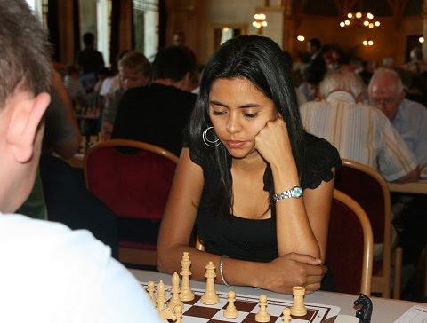 Nadya Karolina Ortiz frente al tablero