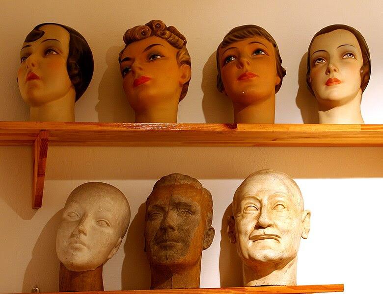 File:Rybnik muzeum głowy manekinów 14.05.2010 p.jpg
