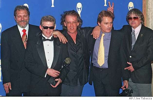 """Membros do 1960 da banda """"O Jefferson Airplane,"""" da esquerda, Jorma Kaukonen, Jack Casady, Paul Kantner, Marty Balin, e Spencer Dryden representar nos bastidores após a indução da banda no Rock and Roll Hall of Fame, em Nova York CAT Foto: JOE TABACCA"""