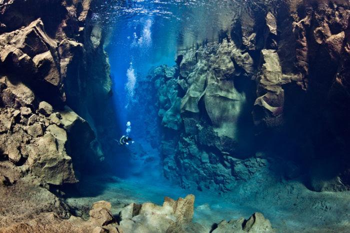 υποβρύχια φωτογραφία, υποβρύχια φωτογραφία καταδύσεις, καταδύσεις ακραία φωτογραφία: Αυτή η αμερικανική δύτης κολυμπά μεταξύ της Ευρασίας και της Βόρειας Αμερικής τεκτονικές πλάκες στην Silfra Canyon στο Thingvellir National Park στην Ισλανδία, καταδύσεις μεταξύ της Ευρασίας και της Βόρειας Αμερικής τεκτονικές πλάκες, καλύτερες εικόνες καταδύσεις, μυστηριώδη μέρη στη γη , καταπληκτικά μέρη πάνω στη γη, τα πιο όμορφα μέρη στον κόσμο, αυτή η αμερικανική δύτης κολυμπά μεταξύ της Ευρασίας και της Βόρειας Αμερικής τεκτονικές πλάκες στην Silfra Canyon στο Thingvellir National Park στην Ισλανδία.  Φωτογραφία: Αλέξανδρος Μουστάρδα, extreme καταδύσεις φωτογραφία, ακραία κατάδυση στην Silfra Canyon στο Thingvellir National Park στην Ισλανδία, η φωτογραφία του Silfra Canyon κατά Thingvellir National Park στην Ισλανδία καταδύσεις, τεκτονικών πλακών καταδύσεις, κολύμπι μεταξύ των τεκτονικών πλακών φωτογραφία, υποβρύχια φωτογραφία: Αυτή η αμερικανική δύτης κολυμπά μεταξύ της Ευρασίας και της Βόρειας Αμερικής τεκτονικές πλάκες στην Silfra Canyon στο Thingvellir National Park στην Ισλανδία