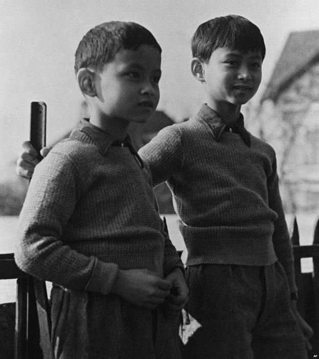 Hoàng tử Thái Lan Bhumibol (trái) nay là Quốc vương Bhumibol Adulyadej cùng với anh trai - Hoàng tử Ananda - cựu Quốc vương Ananada Mahidol, tại sân trường ở Lausanne, Thụy Sĩ, tháng Ba năm 1935
