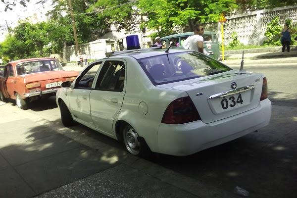 Carro patruyero traslada para la unidad de la policia a la comisora del robo al turista con pasaporte estadounidense (foto del autor)