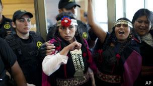 Joven mapuche detenida por la policía. Foto: AP