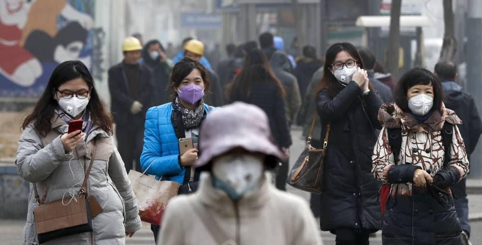 Varias mujeres ataviadas con mascarillas en Pekín.