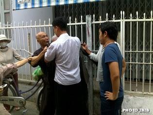 Công an hành hung Hòa thượng Thích Thanh Quang và Htr Lê Công Cầu tại chùa Giác Minh ở Đà Nẵng (Hình chụp 17.8.2012)