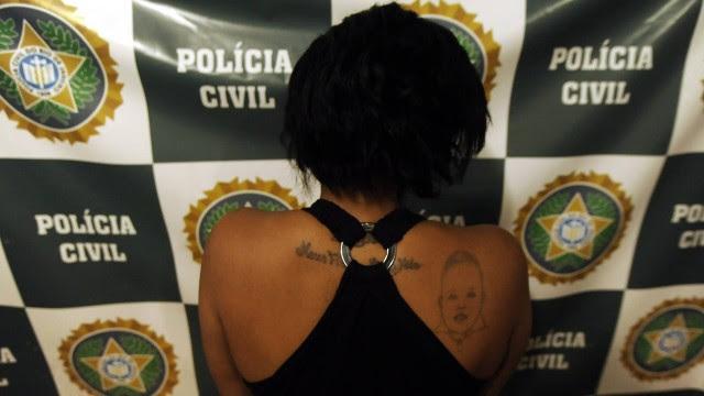 """Nas costas, a tatuagem """"meus filhos, minha vida"""" e o rosto de um bebê"""