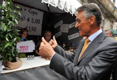 """Cavaco Silva perante a exibição de uma t-shirt que diz: """"Moody´s? No thanks"""", Caminha 16 de Julho de 2011 - Foto de Arménio Belo/Lusa"""