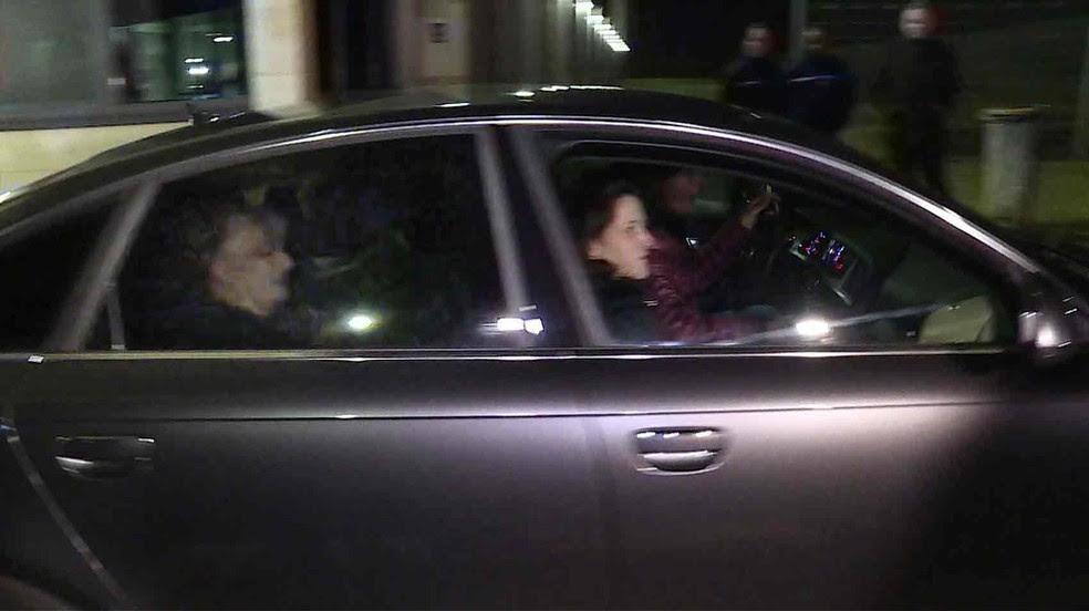 Imagem retirada de gravação em vídeo mostra um carro onde supostamente estaria Jacqueline Sauvage saindo da prisão após ser perdoada por Hollande  (Foto: Viken Kantarci/AFP)