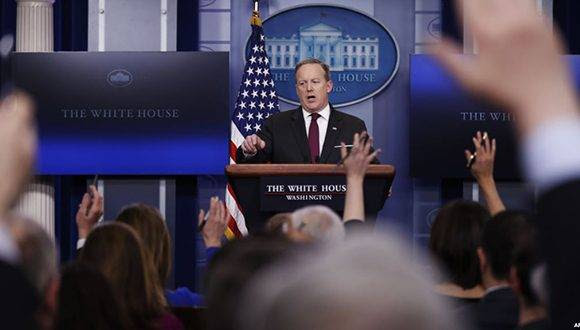 La Casa Blanca no ha explicado las razones por qué no permitió el ingreso a los representantes de algunos medios de comunicación al reciento donde realizan la conferencia de prensa diaria. Foto: AP.
