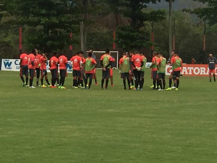 Zé Ricardo conversa com jogadores antes do treino (Foto: Felippe Costa)