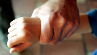 Kinderhand wird festgehalten