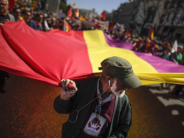 Bandera tricolor gigante en la manifestación de Madrid. | Pedro Armestre / Afp