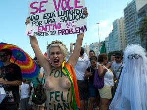 Integrante do Femen Brasil participa de manifestação no Rio de Janeiro.  (Foto: Christophe Simon/AFP)