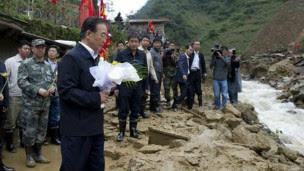 Ôn Thủ tướng trong chuyến thăm một khu vực thiên tai ở Vân Nam mới đây