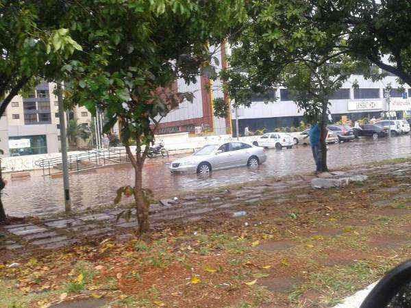 Chuva alaga rua na W3 Norte (Gislayne Barbosa/Divulgação)
