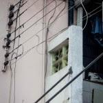 Fiação ao lado de escada de acesso ao alojamento