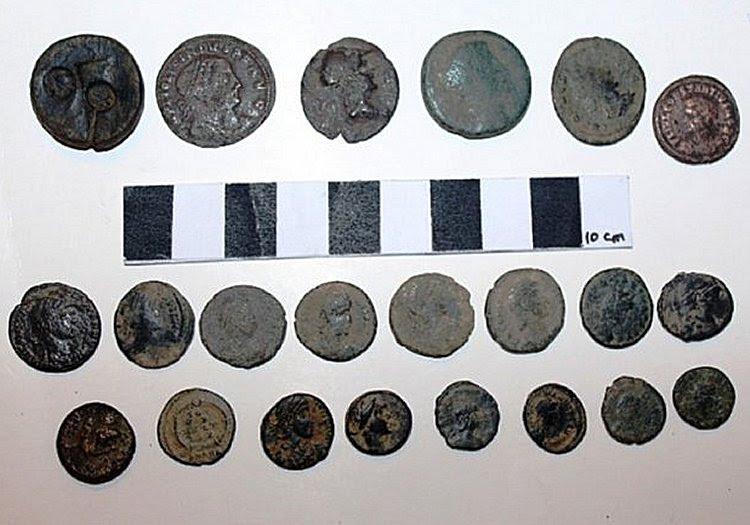 As moedas que datam de tempos romanos e bizantinos também foram apreendidos pela polícia.
