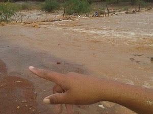 Morador mostra água acumulada (Foto: Weydson Miranda/Arquivo pessoal)