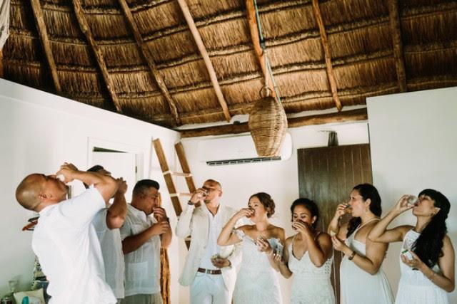 Alle Gäste trugen weiße einschließlich der Trauzeugen und Brautjungfern